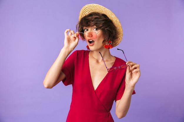 Portret van een mooie jonge vrouw in stro hoed