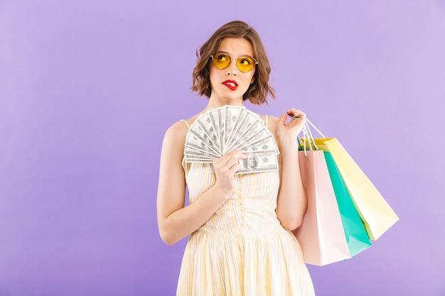 Portret van een mooie jonge vrouw in zonnebril