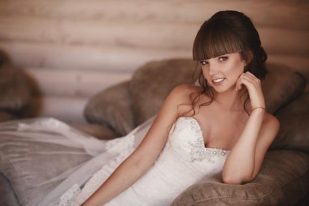 Portret van een mooie jonge vrouw. make-up en kapsel bij bruid. detailopname. bruiloft ochtend. zachte, tedere emotie op het gezicht