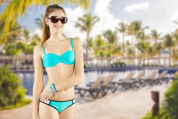 Portret van een mooie jonge vrouw poseren in bikini