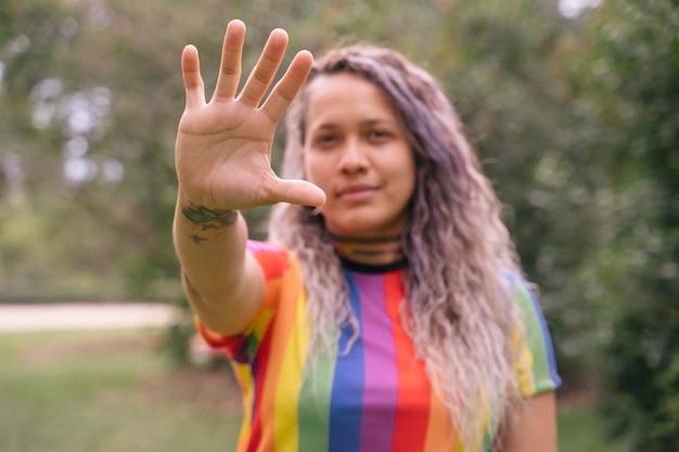 Portret van een mooie jonge vrouw trots om homo te zijn.