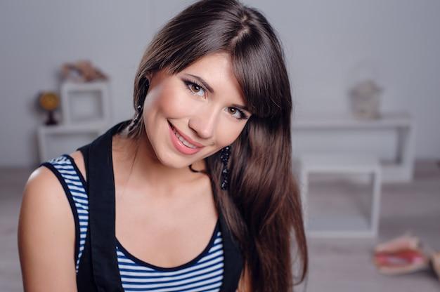 Portret van een mooie jonge vrouw