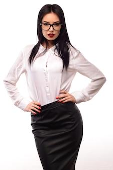 Portret van een mooie jonge vrouwensecretaris in glazen