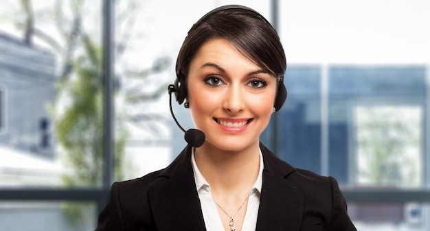 Portret van een mooie klantvertegenwoordiger op het werk