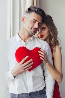 Portret van een mooie liefdevolle slimme geklede paar knuffelen