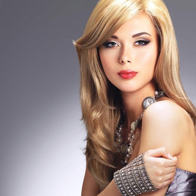 Portret van een mooie maniervrouw met lichte make-up.
