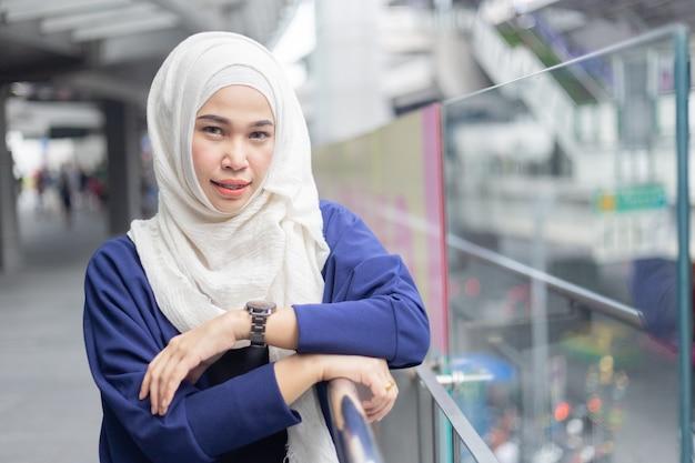 Portret van een mooie moslimvrouw die hijab draagt.