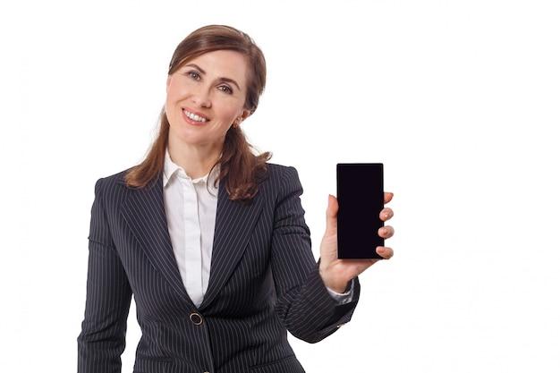 Portret van een mooie onderneemster 50 oren oud met mobiele telefoon die op wit wordt geïsoleerd.