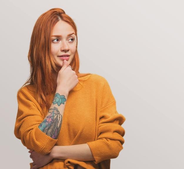 Portret van een mooie roodharige meisje denken