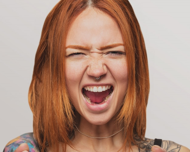 Portret van een mooie roodharige meisje schreeuwen
