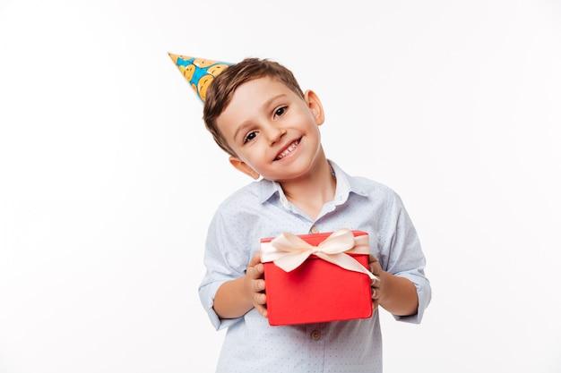 Portret van een mooie schattige kleine jongen in verjaardag hoed