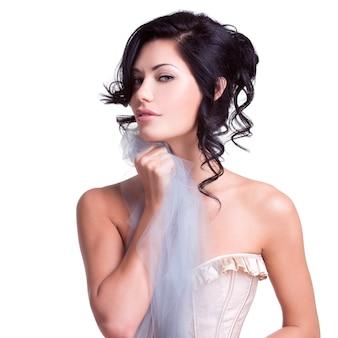 Portret van een mooie sexy tedere vrouw met creatief kapsel. model poseren