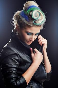 Portret van een mooie sexy vrouw in zwart lederen jas