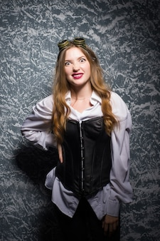 Portret van een mooie steampunk vrouw op vintage achtergrond.