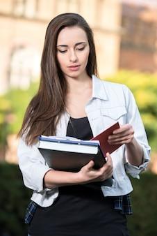 Portret van een mooie student met universitair gebouw.