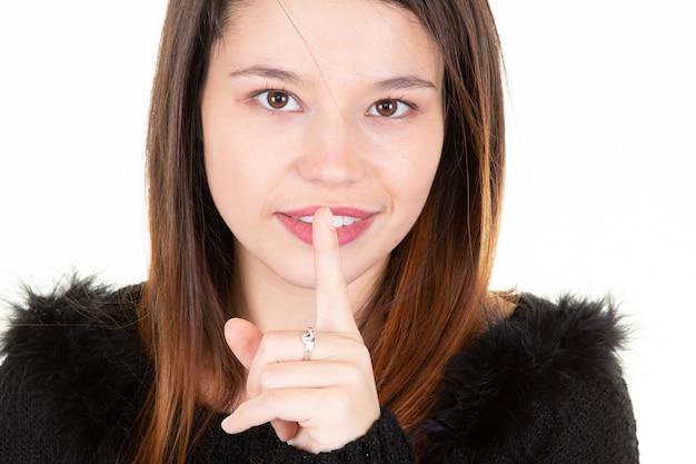 Portret van een mooie tiener met duim omhoog gebaar