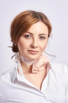 Portret van een mooie volwassen vrouw, de natuurlijke schoonheid van een vrouw, jonge schone huid, geen rimpels op het gezicht.