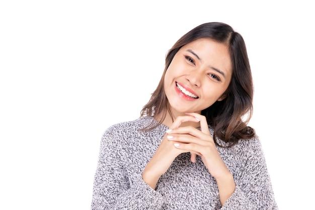 Portret van een mooie vrouw aziatische tieners met een zelfverzekerd, blij gezicht, een zelfverzekerde, mooie vrouw op een witte achtergrond.