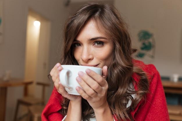 Portret van een mooie vrouw die drinkt