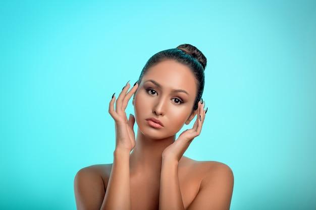 Portret van een mooie vrouw die make-up draagt