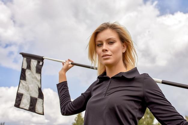 Portret van een mooie vrouw golfen op een groen veld buitenshuis. de golf, het streven naar excellentie, persoonlijke excellentie, koninklijke sport.