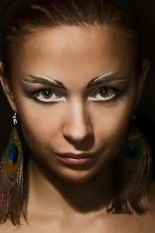 Portret van een mooie vrouw in de lage sleutel