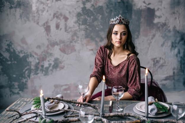 Portret van een mooie vrouw in een afbeelding van de koningin