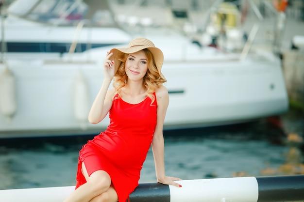 Portret van een mooie vrouw in een strooien hoed. lachend meisje. zomertijd