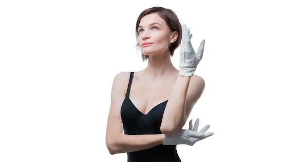 Portret van een mooie vrouw in een zwarte jurk en witte handschoenen
