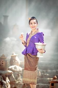 Portret van een mooie vrouw in oud lao nationaal kostuum