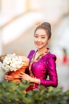 Portret van een mooie vrouw in oud laotiaans nationaal kostuum die bereid zijn verdiensten te maken