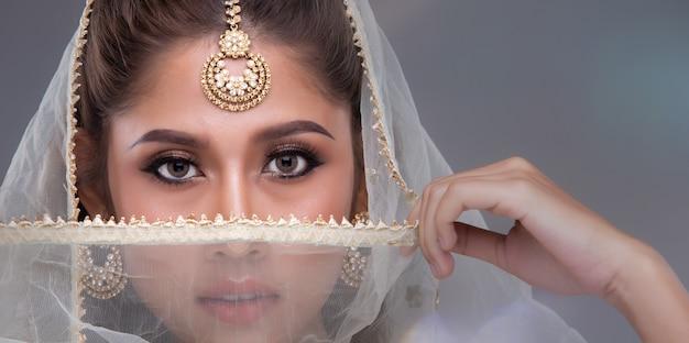 Portret van een mooie vrouw in traditionele etnische pakistaanse bruids