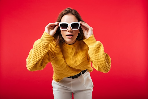 Portret van een mooie vrouw in zonnebril poseren