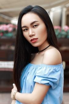 Portret van een mooie vrouw met blote schouders op stedelijk
