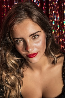 Portret van een mooie vrouw met bruine ogen