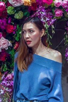 Portret van een mooie vrouw met een bloemboog