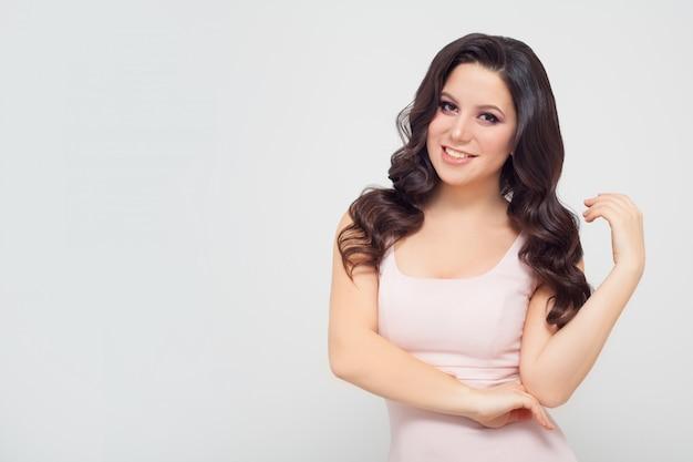 Portret van een mooie vrouw met een kopie ruimte, een brunette. conceptfoto voor reclame.