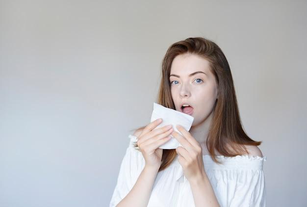 Portret van een mooie vrouw met een zakdoek