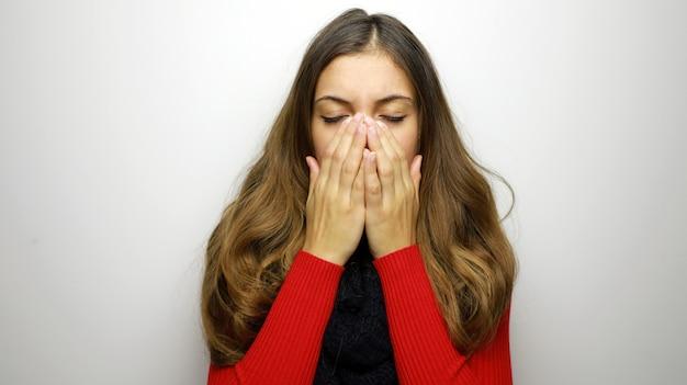 Portret van een mooie vrouw met griep