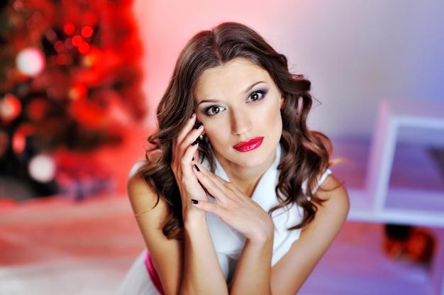 Portret van een mooie vrouw met rode lippen