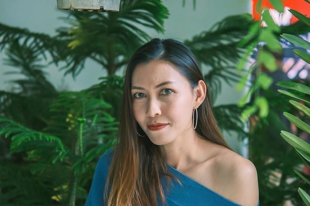 Portret van een mooie vrouw onder bladeren het kijken