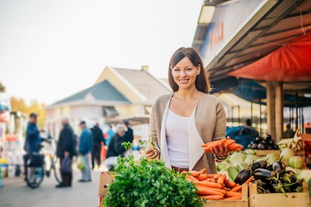 Portret van een mooie vrouw op de markt.