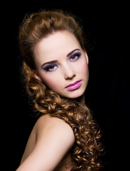 Portret van een mooie vrouw op een zwarte achtergrond