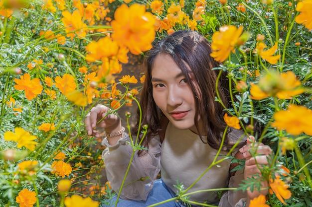 Portret van een mooie vrouw poseert voor fotografie bezoek de yellow flower fields op jim thompson farm