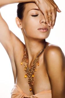 Portret van een mooie vrouw. sieraden, make-up.