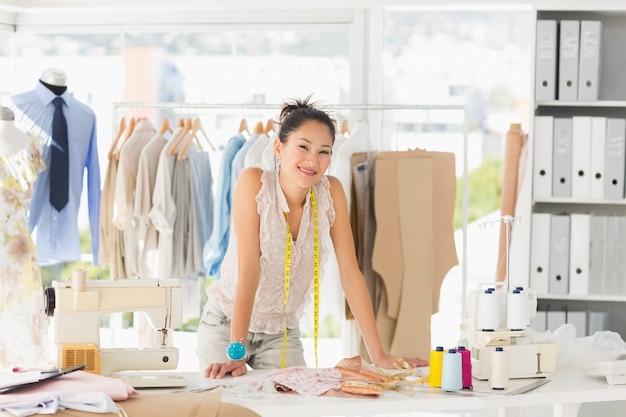 Portret van een mooie vrouwelijke modeontwerper