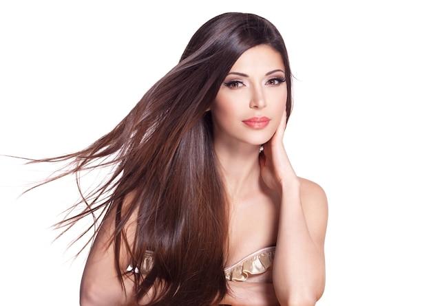 Portret van een mooie witte mooie vrouw met lang steil haar