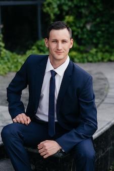 Portret van een mooie zakenman in een blauwe pak.