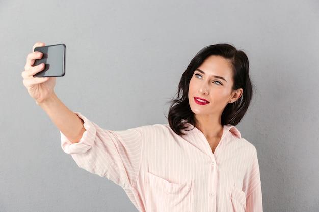 Portret van een mooie zakenvrouw nemen van een selfie