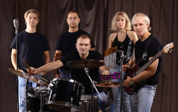 Portret van een muzikale studentengroep in repetitie.